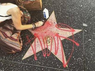 巨星迈克尔-杰克逊好莱坞星星标志被喷漆 女儿帕丽斯火速清理