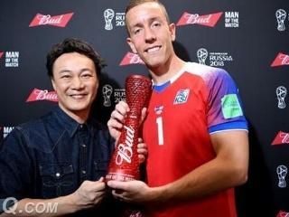 冰岛门神获全场最佳球员,中国著名歌手陈奕迅颁奖